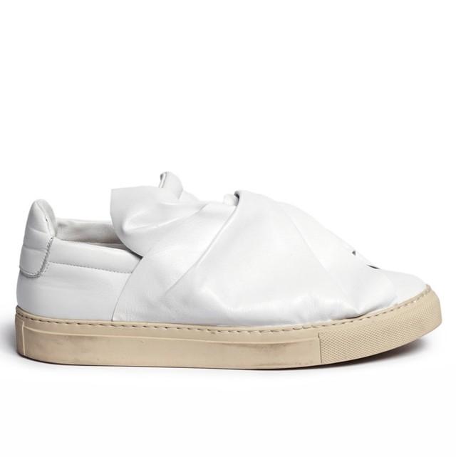 White-Leather-Bow-Sneakers-Ports-1961-Sneakers_L2Zwdmk4dV9PR3U3LVlybWlCY1FTbGs0ZEdZOD0vODl4NTAzOjc4NHgxMjAwLzY0MHgwL2ZpbHRlcnM6d2F0ZXJtYXJrKDIwY2U5ODc5LTYxOTctNDI4Ni1iYmY4LTE3MTg1M2JkM2RlZSwzOTAsNzgyLDEwKS8yOTY4MGE1