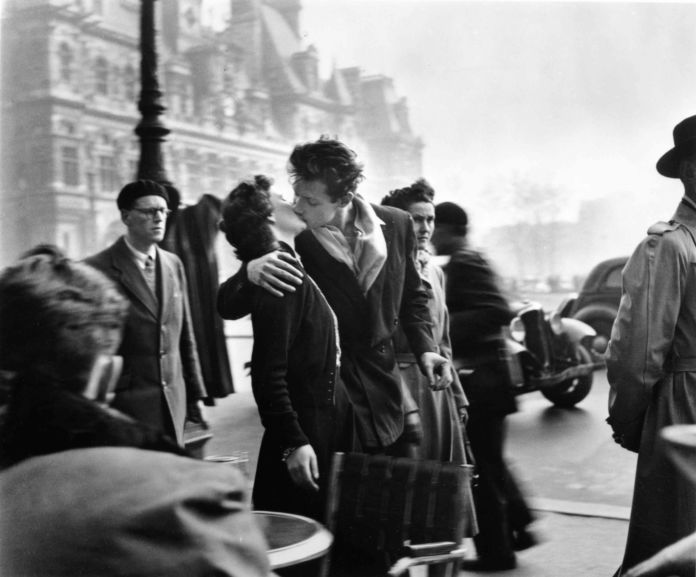 Robert-Doisneau-Il-bacio-dellHotel-de-Ville-1950--696x577